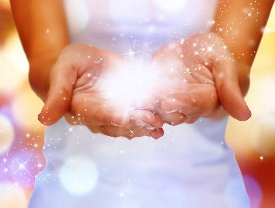 Женщина достигает медитативного состояния через любовь