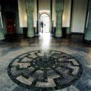Пол замка Вевельсбург со свастикой-чёрное солнце